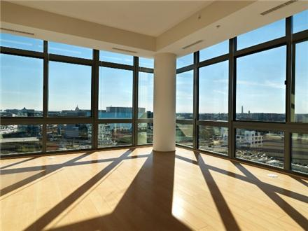Units with Floor to ceiling windows, hard wood floors, monument view!!